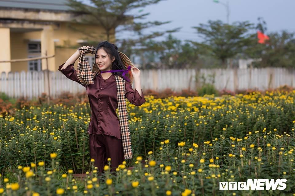Anh: Ngam nu sinh xu Hue dep mo mang ben hoa cuc Tet hinh anh 6