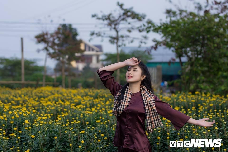 Anh: Ngam nu sinh xu Hue dep mo mang ben hoa cuc Tet hinh anh 7