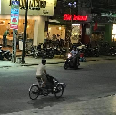 Hai Viet kieu tham quan Hue to lai xe xich lo 'chat chem' 1,5 trieu dong hinh anh 2