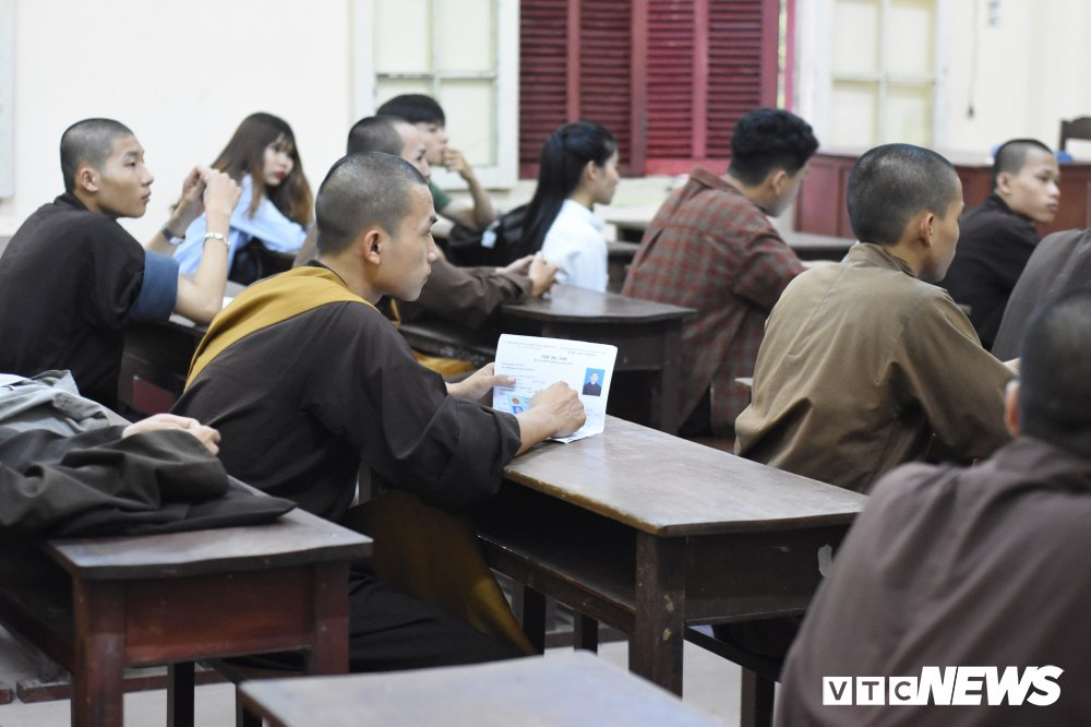 Anh: Si tu Hue doi mua di lam thu tuc thi THPT Quoc gia 2018 hinh anh 8