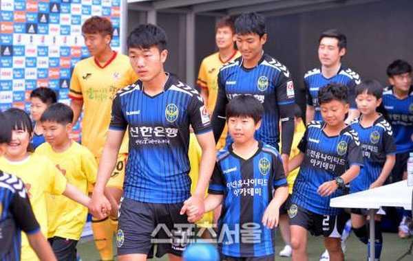 Xuan Truong da chinh, Incheon United danh bai Gwangju FC hinh anh 1
