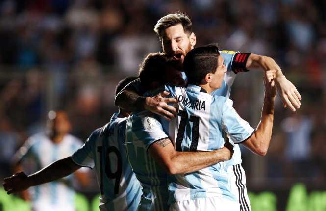 Messi lap sieu pham, Argentina thang dam Colombia hinh anh 1