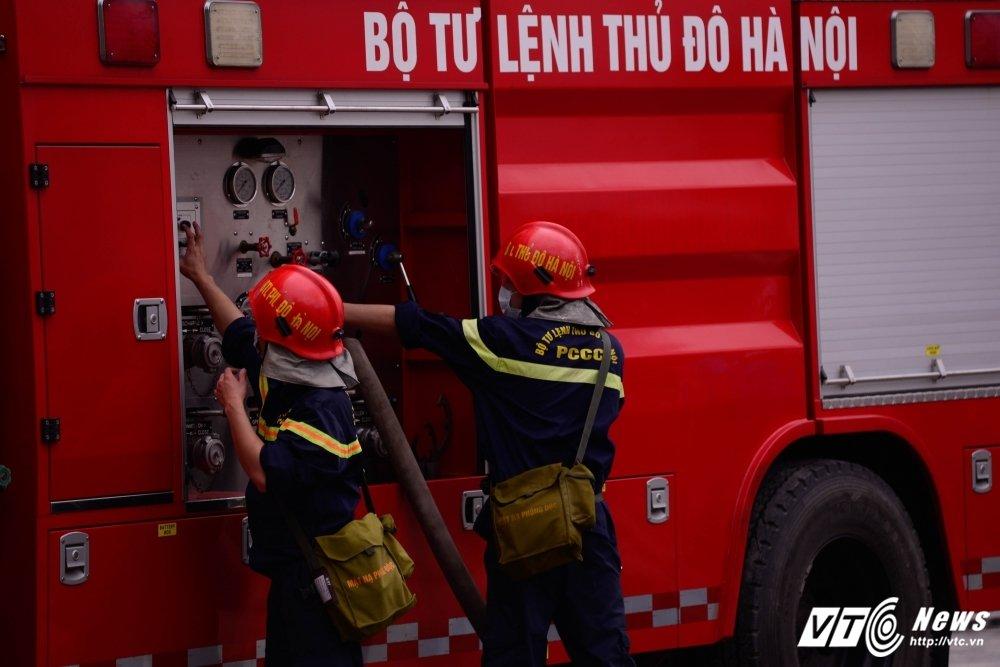 Toan canh vu chay lon khu nha xuong tren duong Pham Hung hinh anh 3