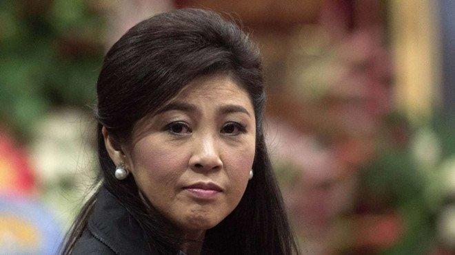 Ba Yingluck bo dien thoai, doi xe truoc khi chay tron khoi Thai Lan hinh anh 1