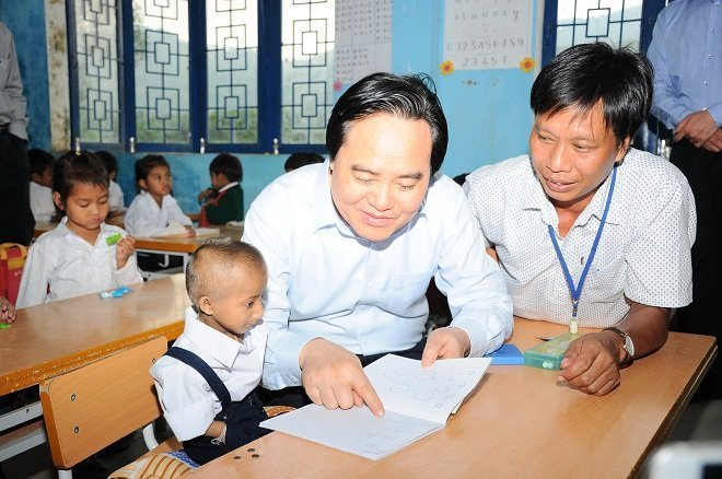 Bo truong Phung Xuan Nha thuc hien loi hen tham hoc tro ti hon Dinh Van K'Re hinh anh 1