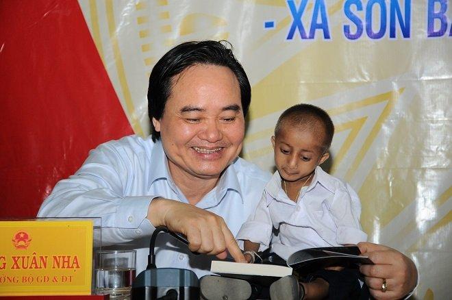 Bo truong Phung Xuan Nha thuc hien loi hen tham hoc tro ti hon Dinh Van K'Re hinh anh 2