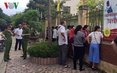 Phu huynh Ha Noi roi nuoc mat cho diem chuan vao lop 10 hinh anh 1