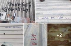 Cay mắt hình ảnh người miền Trung ghi tên vào mái tôn để xin lại sau bão lũ