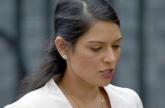 Thủ tướng Anh hứng loạt chỉ trích vì bảo vệ Bộ trưởng 'bắt nạt' cấp dưới