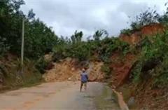 Nam Trà My lại sạt lở núi, đất đá trút chất đống chia cắt Quốc lộ 40B