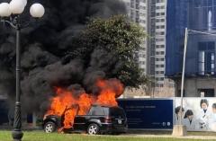 Xe sang Mercedes GL450 cháy rụi trong khu đô thị ở Hà Nội
