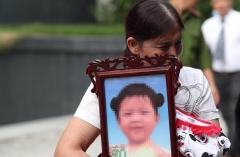 Bà ngoại ôm di ảnh bé gái 3 tuổi bị mẹ đẻ và cha dượng bạo hành đến chết tới tòa