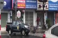 Clip: Người đi đường và xe máy bị gió thổi bay trên phố Đà Nẵng