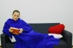 Thoải mái đọc sách giữa mùa đông lạnh giá với chăn đắp có tay siêu đơn giản