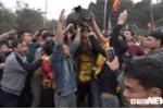 Ảnh: Hàng trăm trai làng đuổi bắt lợn đầu năm mới cầu may