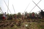 Ảnh: Xem người Hà Nội bắt cá bằng sào tre 6m trên sông
