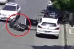 Clip: Mở cửa ô tô vô ý thức, nữ tài xế gây tai nạn chết người
