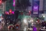 Clip: Dân nô nức đội mưa 'đi bão' ăn mừng Olympic Việt Nam chiến thắng