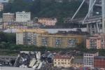 Hình ảnh: Cầu đường cao tốc trên cao ở Italia gãy đôi trong mưa lớn