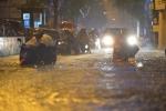 Video: Đường Hà Nội thành biển nước, xe chết máy hàng loạt, giao thông tê liệt sau mưa