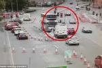 Clip: 2 siêu xe Audi rượt nhau trên phố, suýt đâm chết người đi bộ