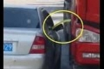 Clip: Tài xế ôtô con ngang nhiên rút trộm xăng từ xe tải đang đỗ