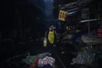 Video: Hàng trăm tiểu thương chợ Quang trắng đêm thu hàng còn sót sau đám cháy dữ dội