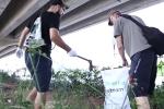 Video: 2 ông Tây và ngàn bạn trẻ đi bộ nhặt rác ở Hà Nội