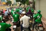 Hàng trăm lái xe GrabBike tụ tập gây ùn tắc cả tuyến phố ở Hà Nội