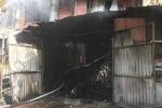 Video: Hiện trường cháy xưởng sản xuất sofa lan sang 2 nhà dân, 4 người thoát chết ở Hà Nội