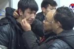 Video: HLV Park Hang Seo ôm hôn động viên học trò trong phòng thay đồ sau trận đấu