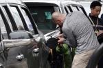 Tài xế Mỹ tự tay bơm xăng cho 'Quái thú' của Tổng thống Trump ở Hà Nội
