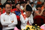 Hoa hậu H'Hen Niê bật khóc, cởi dây chuyền ngọc trai tặng trẻ em làng SOS