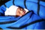 Bé gái sơ sinh bị quấn trong lá chuối rồi bỏ lại ở góc nhà vệ sinh