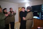 Ông Kim Jong-un cười tươi chỉ đạo phóng tên lửa có thể vươn đến Washington