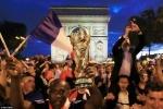 Phap vao chung ket World Cup 2018, fan cuong lam loan Paris hinh anh 12