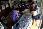 Triệu tập nam thanh niên giả vờ chụp ảnh tự sướng, cướp iPhone nhanh như chớp