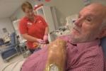 Người đàn ông với 'cánh tay vàng' cứu sống 2,4 triệu trẻ em