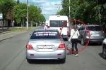 Clip: Sang đường bừa bãi, quý cô bị tài xế ô tô trêu chọc
