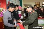 Chiến sỹ công an vượt đèo dốc trao quà cho học sinh nghèo Lạng Sơn