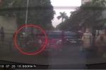 Ôtô mở cửa bất thình lình khiến xe máy ngã lăn ra đường