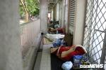 Ảnh: Người nhà bệnh nhân co ro ở bệnh viện trong đêm rét buốt tại Hà Nội