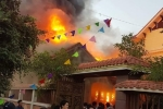 Căn nhà gỗ bốc cháy dữ dội ở Nghệ An chiều mùng 4 Tết