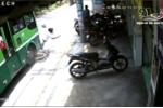 Clip: Bị xe buýt tông bay, nam thanh niên may mắn thoát chết