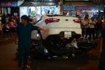 Lùi xe bất cẩn, tài xế ô tô đè bẹp 6 xe máy