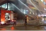 Video: Xe thang phun nước liên tục, dập tắt đám cháy cửa hàng trà sữa ở Hà Nội