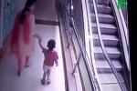 Mẹ mải chụp ảnh selfie trên thang cuốn, con gái nhỏ rơi từ tầng 3 xuống đất