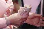 Tài xế dùng tiền lẻ phản đối trạm thu phí BOT Cai Lậy, Tiền Giang