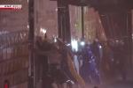 Video: 'Tường người' căng mình chống gió bão Hagibis
