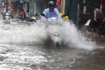 Ảnh: Dân Thủ đô bì bõm lội nước về nhà sau cơn mưa lớn